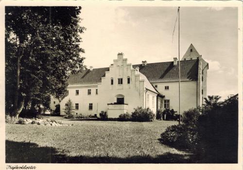 Vrejlev Kloster skrevet kort 4 ca1955
